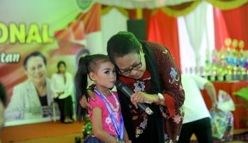 Foto Menteri Yohana Beri Semangat Perempuan dan Anak Korban Gempa