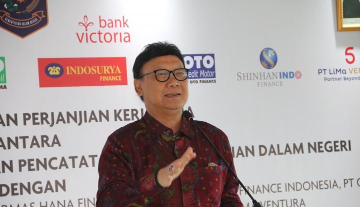 Tjahjo Kumolo Bilang WNA yang Punya E-KTP itu Salah Input - Warta Ekonomi