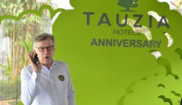 Foto Tauzia Hotel Rayakan HUT Ke-16