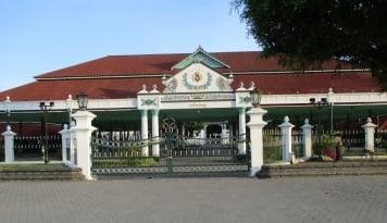 Foto Sri Sultan HB X Pimpin Upacara HUT RI di Yogyakarta