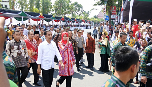 Foto Jokowi: Saya Lihat Ada Rp220 Triliun Mengendap di BPD