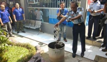 Foto Ketahuan, Puluhan Ponsel Dibakar Petugas Lapas Purwakarta