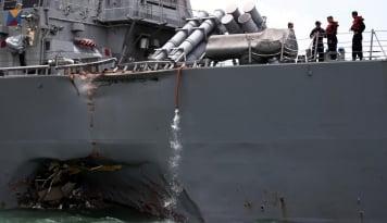 Foto Pascatabrakan, Banjir Terpa Kapal USS John S. McCain