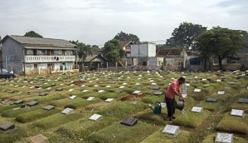 Jelang Ramadan, Penjual Kembang di TPU Kantongi Rp1,5 Juta dalam Sehari