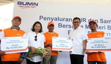 Foto Bersama BNI, Menteri Rini Salurkan KUR di NTB