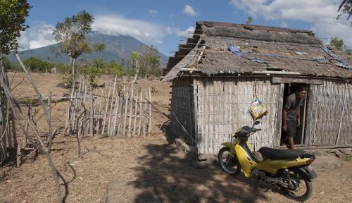 Foto Gubernur Pastika Minta Status Gunung Agung Diturunkan