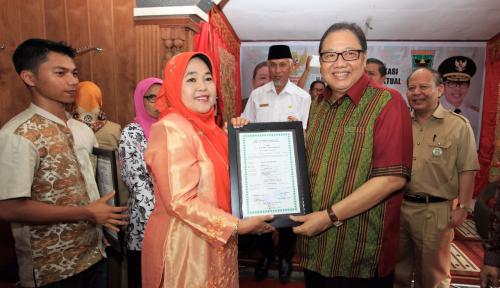 Foto Sembilan UKM di Padang Terima Sertifikat Gratis
