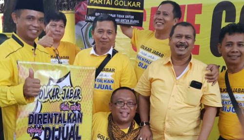 Foto Golkar Jabar Antarkan Surat Cerai ke Rumah Ridwan Kamil
