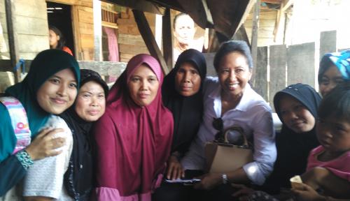 Foto Sambung Internet Hingga ke Desa, Menteri Rini Dorong Produk Nasabah Mekaar Mendunia