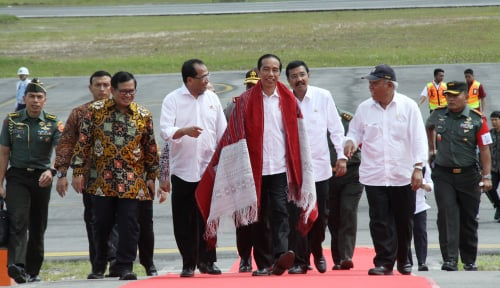 Foto Tepuk Tangan Warga Saat Jokowi Resmikan Bandara Silangit Pakai Bahasa Batak