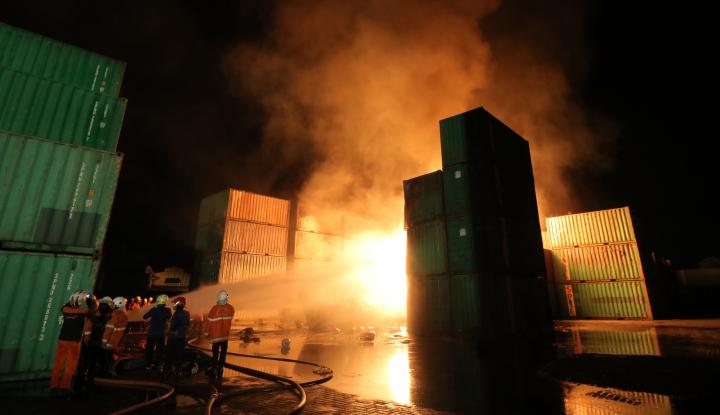 Foto Berita Gerbong Kereta Terbakar, Arus Balik Terganggu