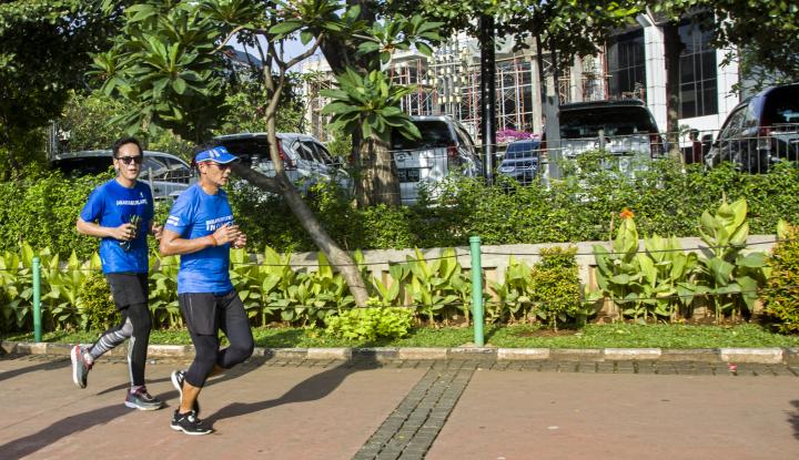 Foto Berita Ke Kantor Sambil Lari, Sandi Kaget Liat Trotoar Bolong-bolong