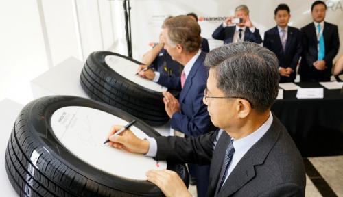 Foto Hankook Tire Buka Pabrik Pertama di AS