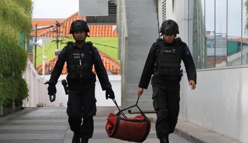 Foto Polisi Amankan Koper Diduga Bom
