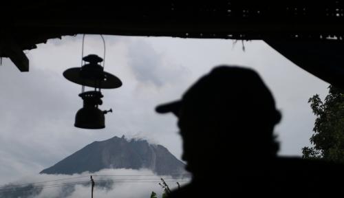 Foto Gunung Agung Erupsi Tiga Kali, Bandara Ngurah Rai Aman