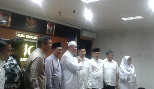 Foto Sambangi PKS, Demiz Bawa Mahar Kurma dan Air Zamzam