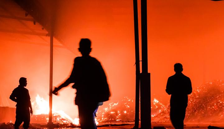 Foto Berita Lupa Cabut Charge HP, Rumah Warga Ponorogo Terbakar