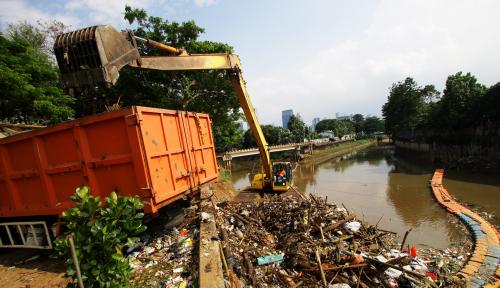 Foto Ribuan Ton Sampah Dievakuasi dari Kali Bekasi