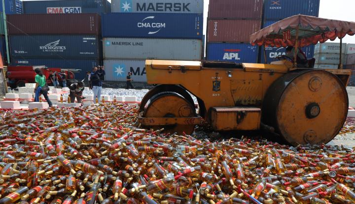 Foto Berita Polisi Musnahkan Ribuan Minuman Keras Ilegal