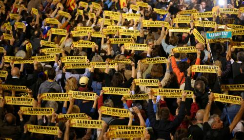 Foto Situasi Memanas, Ribuan Orang Bentangkan Bendera Catalunya Merdeka