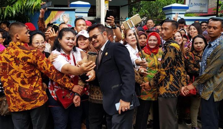 Foto Berita Di Pernikahan Kahiyang, Warga Solo Rebutan Swafoto Bareng Gubernur Sulsel