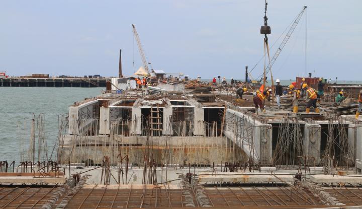 Foto Berita Komisi VI DPR Kunjungi Proyek Pelabuhan Kuala Tanjung Milik Waskita