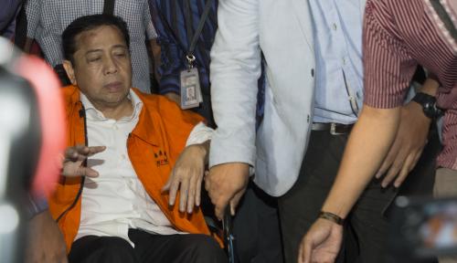 Foto Hadapi Sidang Perdana Berstatus Terdakwa, Novanto Bakal Sakit Lagi?