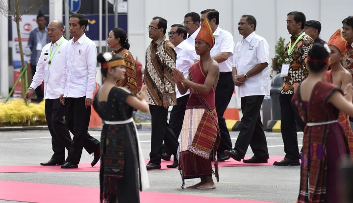 Foto Berita Jokowi Lincah Menari Tortor,