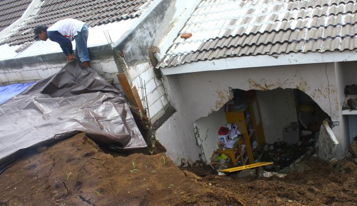 Foto Berita Longsor Timbun Puluhan Rumah di Sukabumi