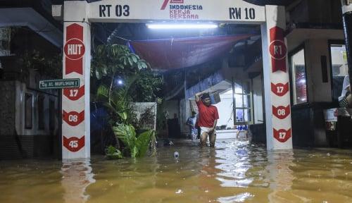 Foto Tanggul Kali di Jatipadang Jebol, Petugas Langsung Buat Penanganan Sementara