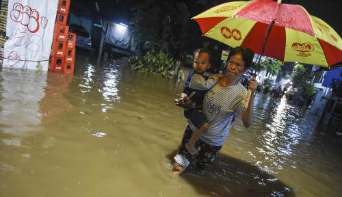 Foto Tanggul Kali Pulo Jebol, 2 RT di Jatipadang Terendam Banjir