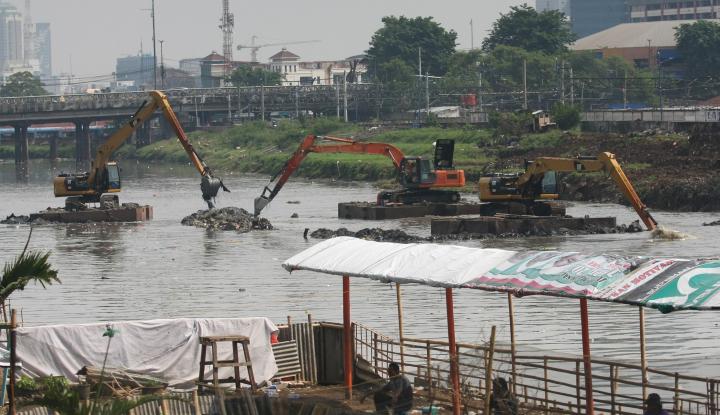 Foto Berita Sungai Ciliwung Meluap Jadi Tontonan Gratis Warga Kampung Pulo