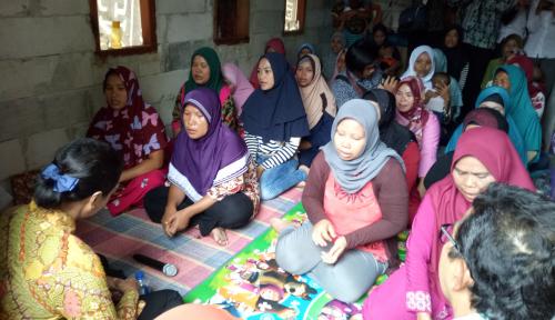 Foto Kunjungi Nasabah Mekaar Menteri Rini Selalu Berpesan, Rajin Nabung!