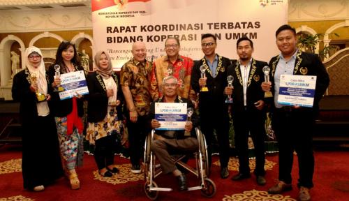 Foto Kemenkop Beri Penghargaan Wirausaha Pemula Award 2017 ke 7 UKM