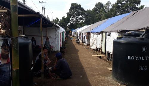 Foto Dari Tenda Pengungsian, Pengungsi Erupsi Gunung Agung Hasilkan Kerajinan