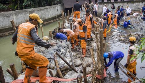Foto Pasukan Oranye Siaga di Pintu Air