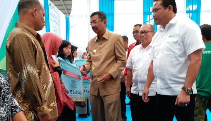 Foto Berita BPJS Ketenagakerjaan Sumbagut Serahkan 20.000 Kartu untuk Tenaga Kerja di KIM Medan