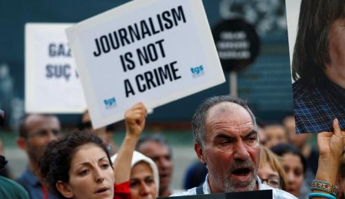 Foto Dunia Jurnalistik Dirundung Duka, Wartawan Perempuan Tewas Tertembak