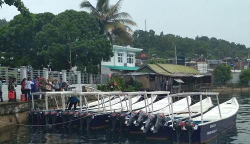 Foto Wali Kota Jayapura Serahkan Bantuan 8 Kapal Motor