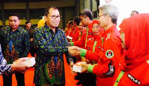 Foto Wali Kota Makassar Bagi-bagi 5.971 Smartphone untuk Ketua RT/RW