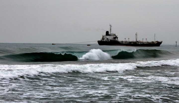 Gelombang Tinggi Ganggu Jalur Pelayaran di Perairan Selat Makassar - Warta Ekonomi