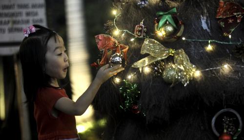 Foto Dua BUMN Bagikan Kado Natal untuk 500 Anak Yatim