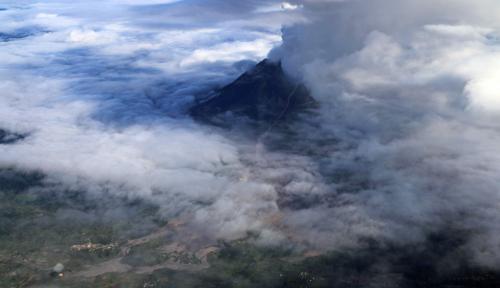 Foto Semburan Awan Panas Gunung Sinabung Capai 4,6 KM