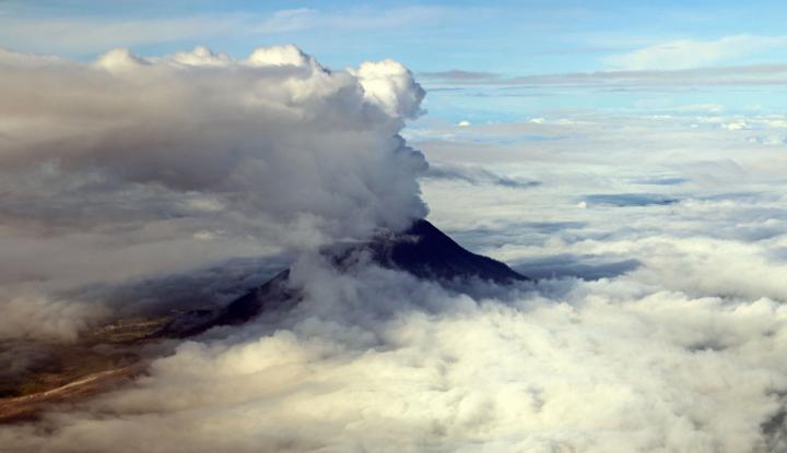 Foto Berita Anak Gunung Krakatau Meletus 56 Kali, Status Masih Waspada
