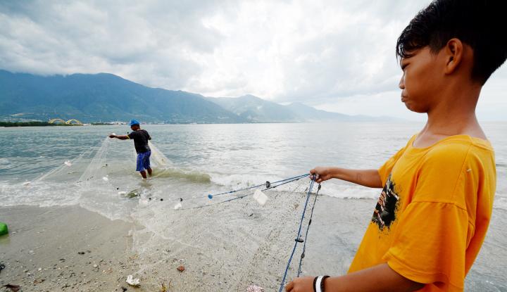 Foto Berita Tak Bisa Melaut, Nelayan Pilih Benerkan Alat Tangkap