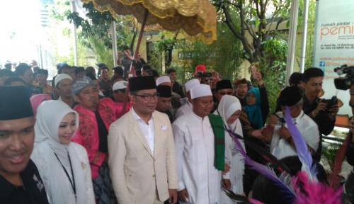 Foto Pakai Kostum Berbeda, Ridwan Kamil-Uu Resmi Daftar ke KPU