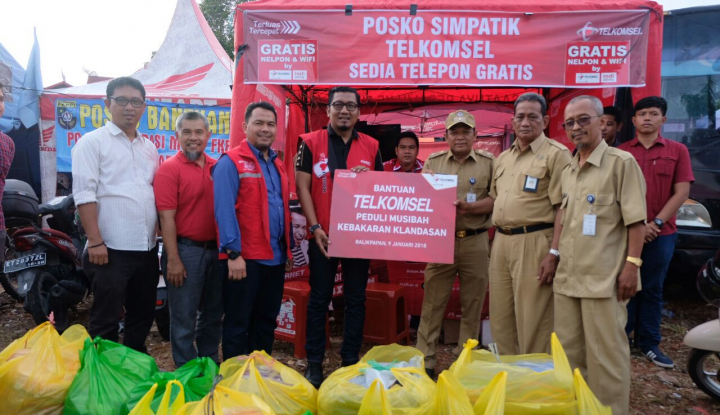 Foto Berita Telkomsel Peduli Serahkan 300 Paket Lebih untuk Korban Kebakaran Balikpapan