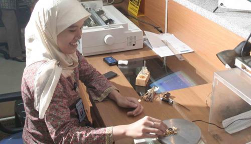 Foto Jelang Lebaran, Masyarakat Medan Serbu Pegadaian