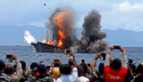 Foto Lagi, Bu Susi Tenggelamkan 125 Kapal Pencuri Ikan