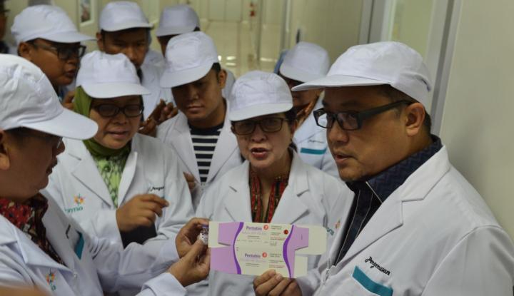tinjau bio farma, menkes: stok vaksin anti difteri aman
